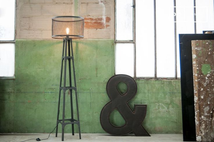 La lámpara estándar Hornby es una lámpara de pie industrial vintage.