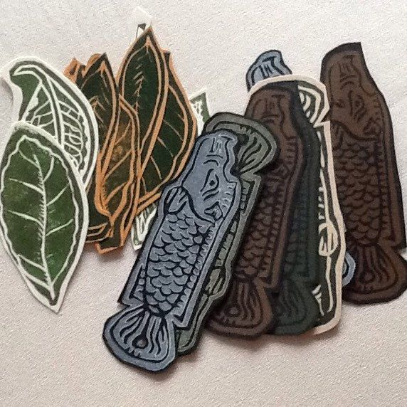 Free linocut bookmarks for every order until the end of the year! The elements also feature in some of my works, so they complement them well. Enjoy!