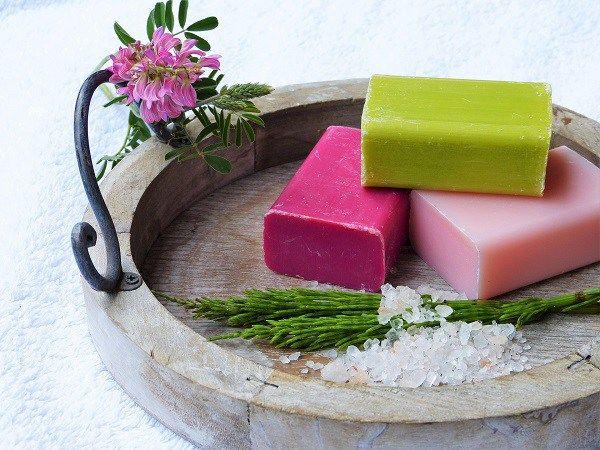 Å lage sin egen såpe er enkelt, gøy og billig. Ekte såpe består bareav tre ingredienser; lut, vann og fett. Du får et supert naturprodukt fritt for snodige kjemikalier og som gir en helt annen følelse på huden. Her kan du lese mer om hvordan du går fram. Såpekoking er et urgammelt håndverk. Tradisjonelt brukte ... Read more...