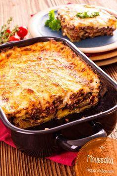 Musaka o Moussaka, una receta griega deliciosa 1/2kg de berenjenas, 400gr carne picada, 1 cebolla pequeña, 4 cdas de vino blanco, 1 tomate maduro grande, aceite, orégano, queso parmesano rallado salsa bechamel horno 30/45 minutos