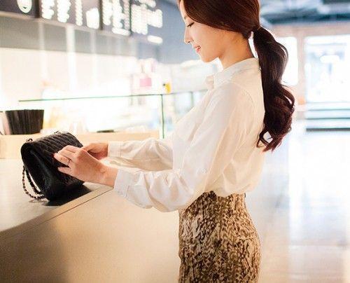 端整なチャイナカラー仕様が上品なムードを醸し出すブラウス*♪ とろみ感のあるポリエステル素材が女性らしくて柔らかい印象を作ります。 身頃はすっきりとシンプルに仕上げて、どこから見てもエレガントさをON◎ フレアスカートやパンツとの普段着はもちろん、 ちょっとしたビジネスシーンやフォーマルシーンでも大活躍する1枚です! ◆4色:ホワイト/ブラック/ミント/ピンク