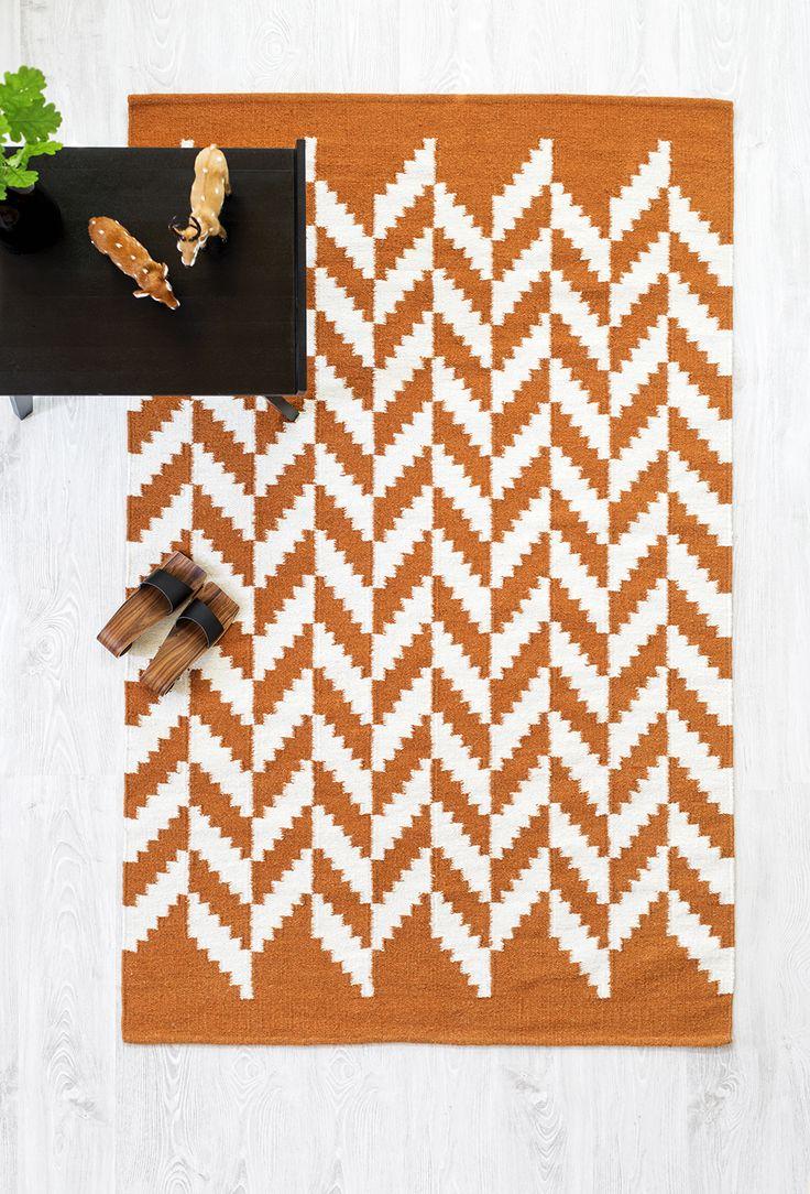 Tähkä-villadhurriematon graafinen ja rytmikäs kuosi edustaa VM-Carpetin uutuusmalliston rohkeampaa linjaa. Värit: musta, harmaa, beige ja oranssi. #habitare2014 #design #sisustus #messut #helsinki #messukeskus