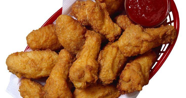 Cómo freir alas de pollo crujientes y doradas. Alegra tu fiesta del Súper Tazón con unas alas de pollo doradas y crujientes. El pollo frito es una comida adorada en el mundo entero. El secreto está en la preparación. Incluso si nunca has freído alas de pollo antes, puedes dominar el arte de la crocancia en tu primer intento. Tus invitados estarán impresionados del sabor y la textura, y ...