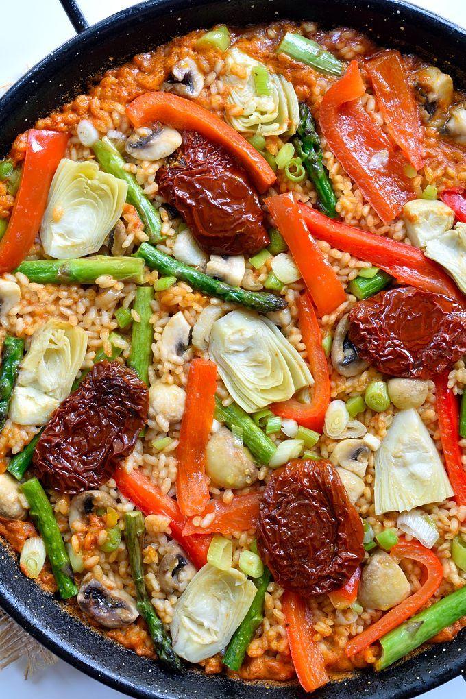 Esta paella vegana con verduras de primavera es riquísima y sobrosa. Hecha con un buen sofrito y verduras frescas, es perfecto para una cena vegetariana.