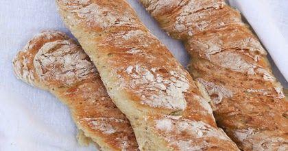Det er ikke mye som slår feskt brød til lunsj. Og her har du en superenkel og veldig god oppskrift på baguetter som krever minimalt av rø...