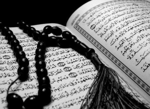 Abdallah dice che dio ha detto nel Corano Gli  ebrei e i cristiani non ti accetteranno finche non seguirai la loro religione.  Per proteggere sua identita e religione, Abdallah e molto attacato a suoi origini.