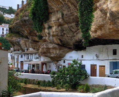 Oare ce le trece prin cap oamenilor care aleg sa locuiasca in zone periculoase ale lumii? Afla cum arata orasul spaniol de sub munte!