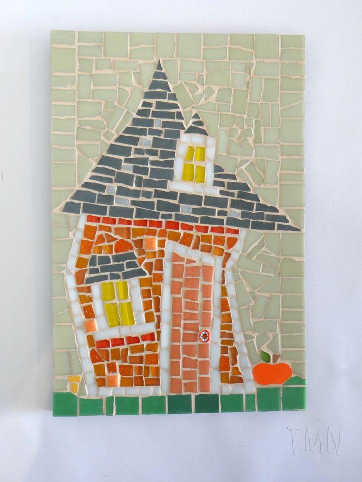 Quadro de Mosaico Casa Abóbora. <br>Design exclusivo, feito pela mosaicista Tainah Neves. <br> <br>Mosaico feito à mão com Azulejo, Pastilhas de Vidro, Pastilhas Cristal e Pastilhas de Cerâmica. <br> <br>Dimensões: 30 cm x 20 cm, espessura 1,3 cm.
