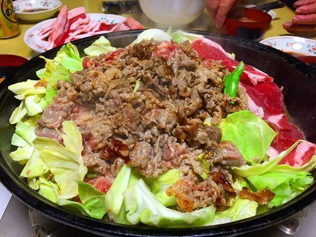 🐑🐑🐑 . 米沢男子のソウルフード義経焼き👦🏻✨1度食べたらクセになるこのお味〜めっちゃ美味しかった!( ´ ▽ ` )  お久しぶりの羽賀ファミリーは楽しくて居心地が良すぎてあっという間に時間が過ぎてしまいました(´-`).。oO  #晩ごはん#米沢#初めての#義経焼き#b級グルメ#ジンギスカン#なみかた羊肉店#肉#まいう#🐑#😊