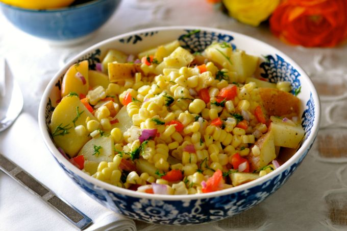 This summer salad recipe of potato and corn has a delicious and clean flavor and is oil-free. (#vegan) ordinaryvegan.net