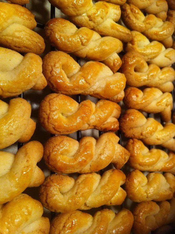 KOULOURAKIA – Greek Butter Cookie http://stlcooks.com/2013/12/koulourakia-greek-butter-cookie/