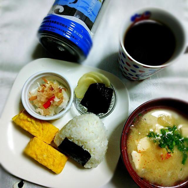 5月1日  朝御飯(^^) 今朝は hisokaさんから貰った島のりで 島のりは もう半分はなくなったかも。 (((^^;)けっこう  パクパクつまんで食べてました。 (笑)  味付け海苔  美味しいです お呼びだししましたが スルーで大丈夫ですよ。 (^。^;) もんもちゃんの神宗の塩昆布、沢庵。 卵焼き、新玉葱甘酢漬けに鰹節のせたもの。 お味噌汁でした。 ありあわせな私のあさごはんでした。 島のりをありがとう  - 171件のもぐもぐ - 金曜日の朝御飯~ by yblueadidas103