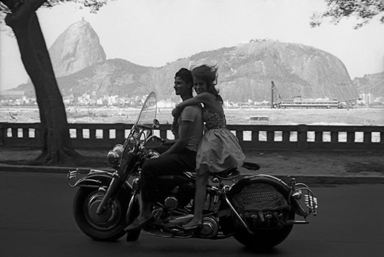 Couple sur Harley-Davidson. Photo by Frank Horvat.