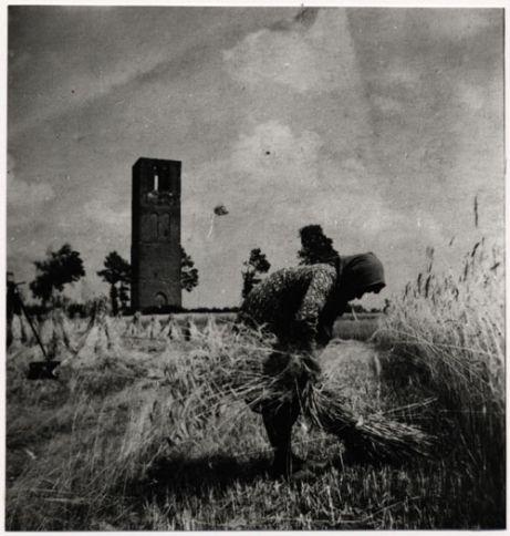 De stenen resten van de oude toren na de brand van 1884 in Stiphout . Foto van J. Rooyakkers. Klik op de foto voor het verhaal!