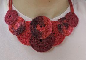 Maxicolar confeccionado em mandalas de crochê com corrente de couro e fecho de metal prata. Feito para ser usado dos dois lados. É enrijecido, colado e costurado com fino acabamento. Cor vermelho.