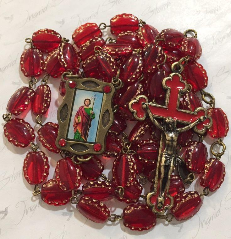 Terço confeccionado com murano beetle relevo preciosa/jablonex-vermelho e dourado 14x7cm,banho ouro velho nacional,crucifixo com cristo crucificado e resinado em vermelho,medalha frente resinada colorida de São Judas Tadeu com strass. <br>crucifixo-6,5x4,5cm <br>medalha- 3x2,00cm <br>Acompanha embalagem <br> <br>Glorioso Apóstolo, <br>Fiel servo e amigo de Jesus! <br>A Igreja vos honra e invoca por todo o mundo <br>como Patrono dos casos desesperados <br>e dos Negócios sem remédio…