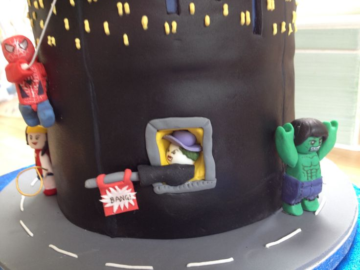 Detail of the Lego a Superheroes cake