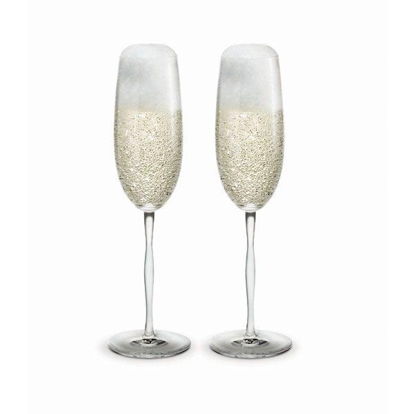 Et champagneglas er et festligt indslag i enhver middag. Peter Svarrer skaber glasdesign med øje for både funktionalitet og sanselighed. Han har gengivet den organiske form fra seriens vandglas i vinglassenes svungne stilk. En udformning der inviterer til at dreje glasset mellem fingrene igen og igen. Skænk de festlige bobler nænsomt langs indersiden af glasset for at bevare så meget af den originale smag og boblerne som muligt.