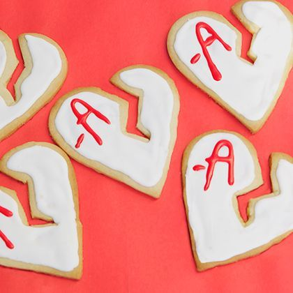 Watching the #PLL premiere tonight? Make a batch of A's Pretty Little Liars Broken Heart Cookies to enjoy while secrets are revealed!