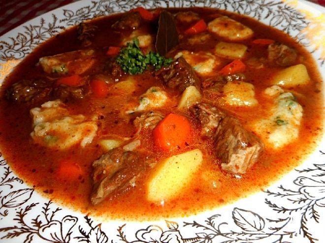 Gulášová polévka z hovězího krku - V hrnci si na sádle orestujeme cibuli, pak vložíme na malé kousky nakrájené omyté maso a chvilku restujeme, jakmile pustí šťávu, stáh..
