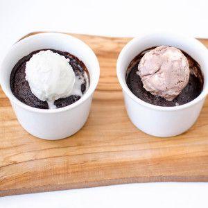 Brownie in tazza con gelato (con un cucchiaio in più di farina di cocco)
