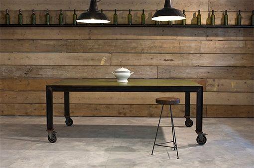 Interior design recupero questo tavolo è stato realizzato utilizzando una lastra in ferro di un bellissimo colore verde e una base in ferro, finitura naturale, con quattro ruote girevoli. i tavoli industriali possono essere SESTINI E CORTI