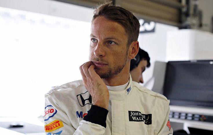 """El piloto Jenson Button se mostró encantado con el calendario de la próxima temporada de Fórmula 1, que prevé dos carreras más en 2016, pero le preocupa el cansancio que puede ocasionar a los mecánicos de su equipo. """"Para mí, está bien porque me encantan las carreras y me gustaría que hubiera un gran premio..."""
