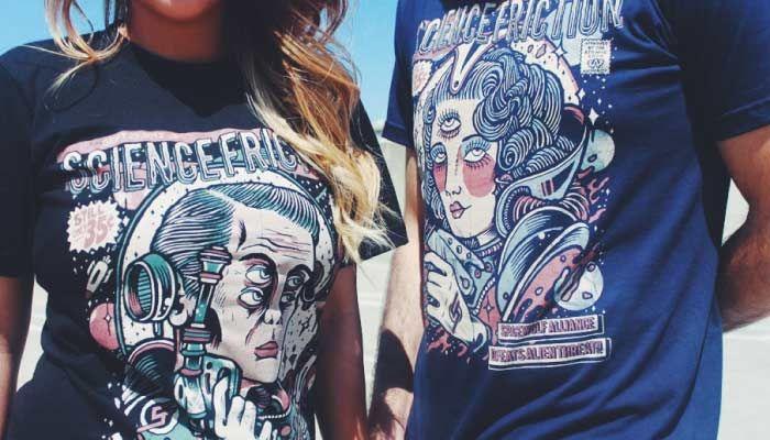 """[TOTD] Alliance Member T-shirts  Ce n'est pas 1 mais 2 TOTD qu'on vous propose aujourd'hui ! Ils sont édités par la marque """"Science Friction Clothing"""", un petit label californien fondé en 2010 par un passionné du genre : Fortino Cortez Jr. Dans sa collection, se trouvent deux pures merveilles : Alliance Member 001 et Alliance Member 002…  http://www.grafitee.fr/tee-shirt/alliance-member/  #lifestyle #fashion #graphic #SciFi #Tshirts"""