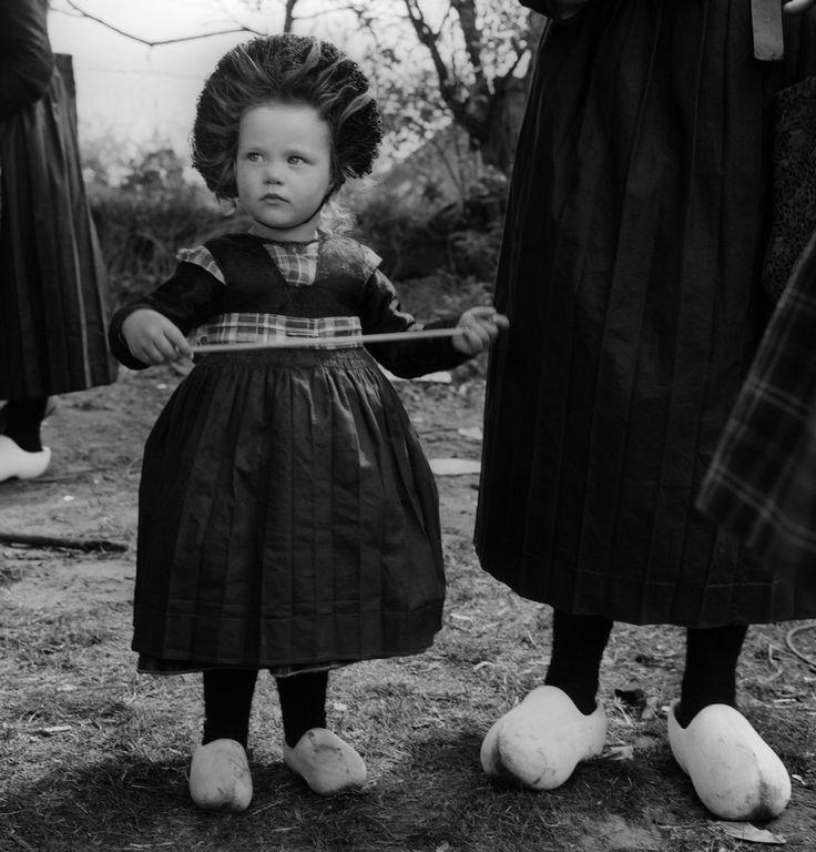 Meisje in klederdracht tot het zesde jaar, Staphorst (1950-1960), foto Cas Oorthuys