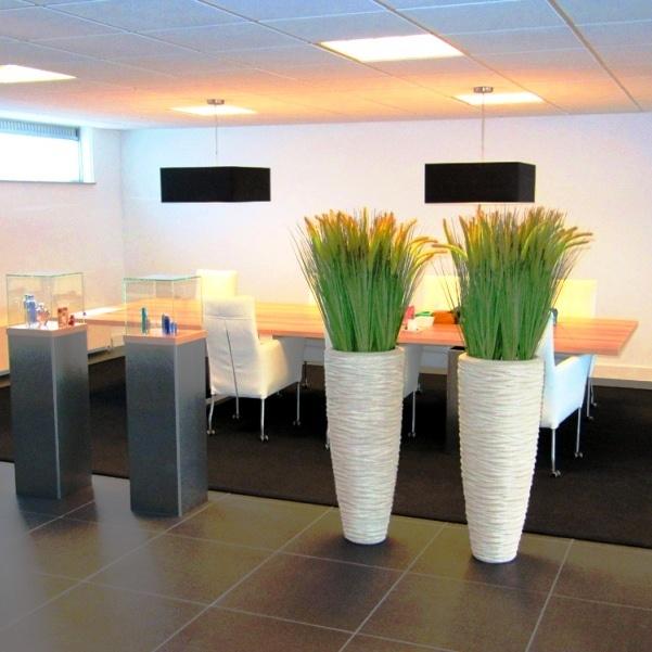 Met deze kunstgrassen in luxe polystone #plantenbakken brengt u sfeer aan in uw interieur! www.webloom.nl in #amsterdam