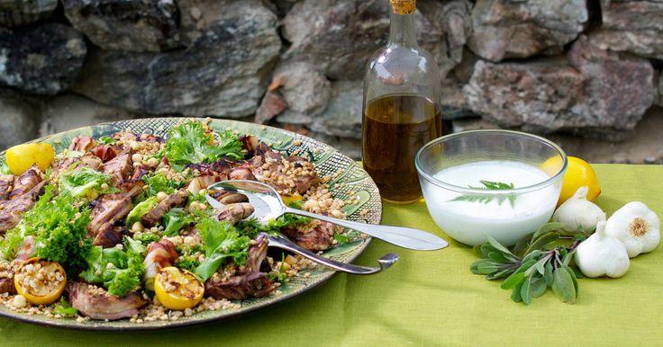 Underbara lammkotletter som marineras med salvia och sardeller. Serveras med matig sallad med matvete, baconlindade päron och rostade hasselnötter samt fetaostdressing.