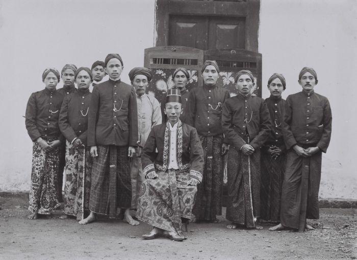 Portret van de Regent van Blora, Raden Toemenggoeng Ario Said, temidden van zijn ambtenaren, ter herinnering aangeboden aan assistent resident J.B. Prins bij zijn vertrek uit Blora. cc: Tropenmuseum