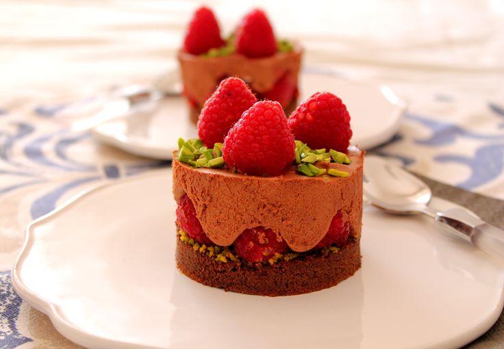 Torta al cioccolato fondente con mousse allo zenzero, lamponi e pistacchio di Bronte