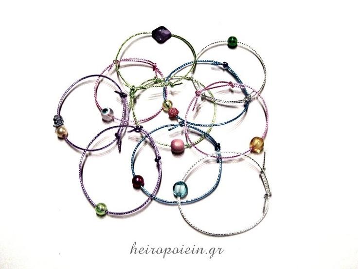 Πολύχρωμα Χειροποίητα Βραχιόλια με χάντρες και γούρια  http://www.heiropoiein.gr/vrahiolia/vrahioli-88-detail.html