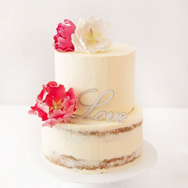 Semi naked buttercream cakes are perfect for rustic themed events #buttercream #sugarflowers