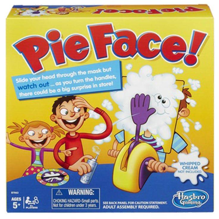 Pie Face! Spillet Pie Face!Uanset hvordan du ser på det, er det klassiske âlagkage i hovedetâ-stunt altid morsomt. Nu kan du selv opleve stuntet i et sjovt og spændende spil, som du kan spille sammen med familie og venner. Kom flødeskum på håndkatapulten, eller gør den medfølgende svamp våd, og læg den på hånden i stedet for. Placer så ansigtet i paprammen. Nu er det bare at dreje håndtaget og finde ud af, om du er den uheldige, som får kage i ansigtet. Hånden kan slå til når som helst, så…