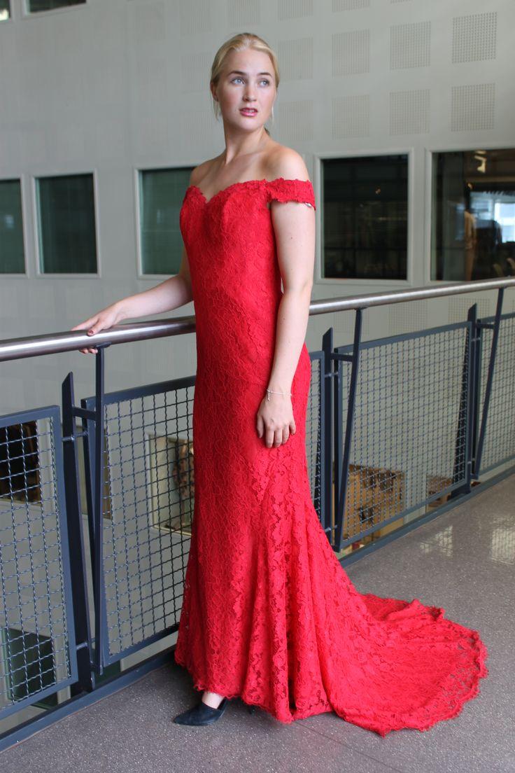 Rød blondekjole, kommer også i ivory fra By Kris of Norway