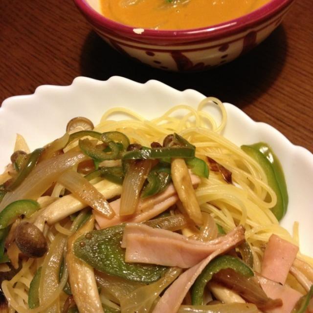 スープは頂き物の冷凍物に、じゃがいもと炒めた玉ねぎを入れて、セロリの葉を刻みました。 - 37件のもぐもぐ - キノコパスタと根菜類のクリームスープ by caa21890