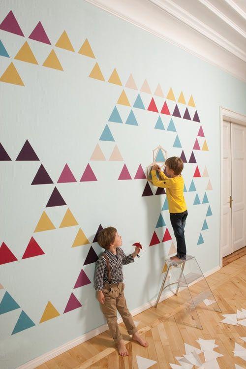 Oser les motifs et les couleurs aux murs... Avec des motifs découpés dans du vénillia, repositionnables ? Des triangles, des pois, des papillons,...