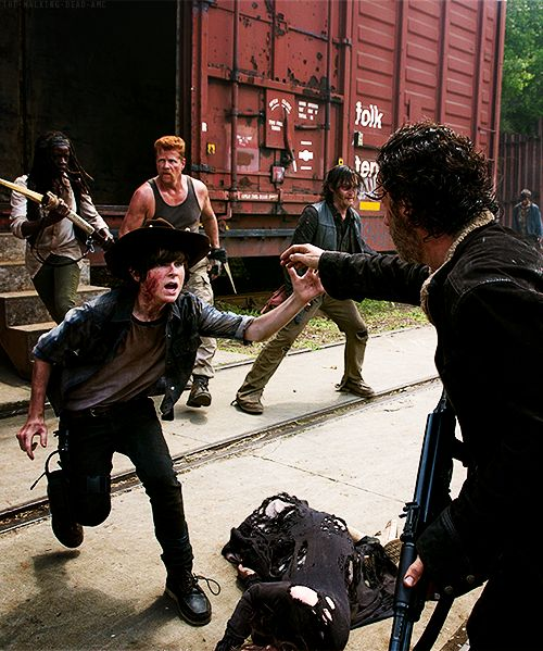 """The Walking Dead 5x01 """"No Sanctuary""""  This is really emotional. This scene fucking touched my heart !"""