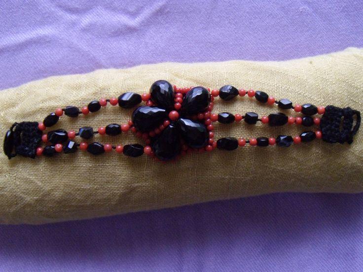 bracciale fiore uncinetto corallo e onice con chiusura ad uncinetto e bottone in onice