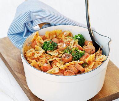 Enkel och snabblagad pastarätt med grillkorv, broccoli och sås med basilika. Koka pastan och broccolin, stek korven och rör ner pastasåsen i stekpannan. Blanda såsen tillammans med den nykokta pastan och broccolin. Servera genast.