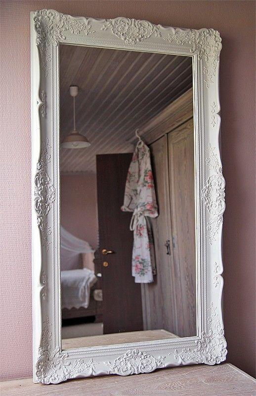 Landelijke spiegel in witte barok lijst - voor meer foto's en informatie: www.maisonpatine.be