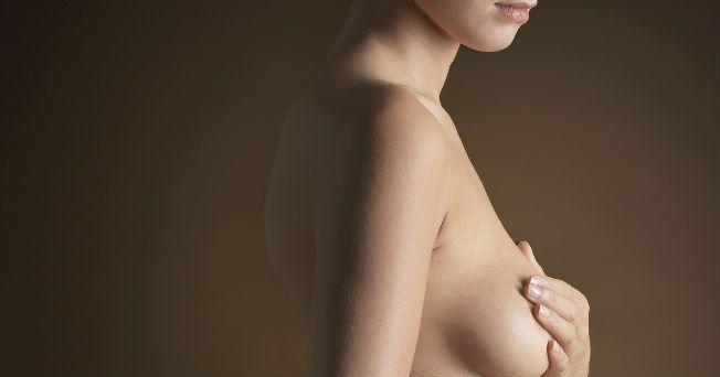 """""""Después de los 40 años de edad toda mexicana debe realizarse una mastografía (también conocida como mamografía) a fin de detectar a tiempo un posible cáncer de mama"""", afirmó Yolanda Villaseñor Navarro, jefa de Departamento de Imagen del Instituto Nacional de Cancerología (InCan). No obstante, si la mujer tiene antecedentes familiares de éste u otro cáncer, algún síntoma sospechoso (secreción del pezón de líquido blanquecino o sangre o sensación de tener una masa sólida, entre otros) puede…"""