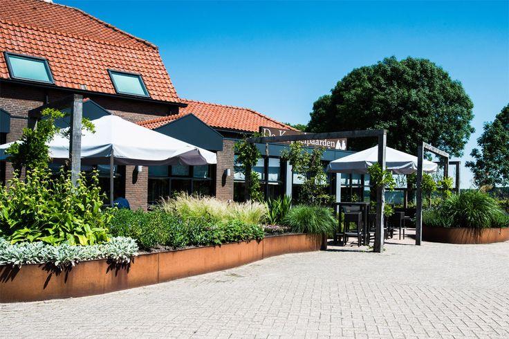 Terras restaurant met natuurlijke beplanting
