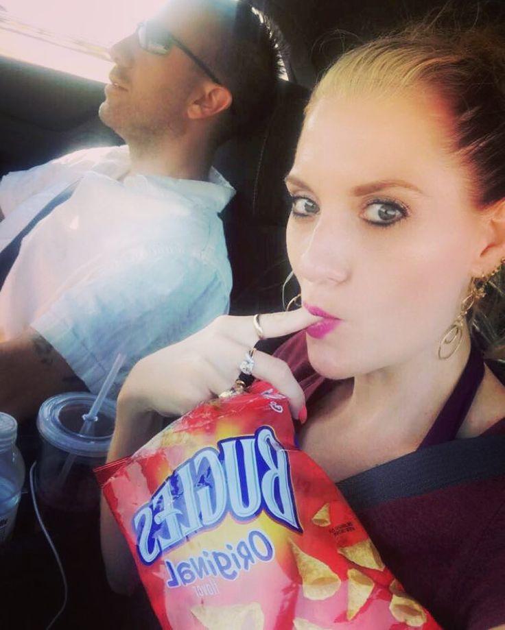 """42 To se mi líbí, 1 komentářů – Brandy Sobanski (@bone4dogg2) na Instagramu: """"Tasty 😘 #foodporn #foodie #bugles #chips #chipwhore #roadfood #driving #yummy #fingerlicking…"""""""