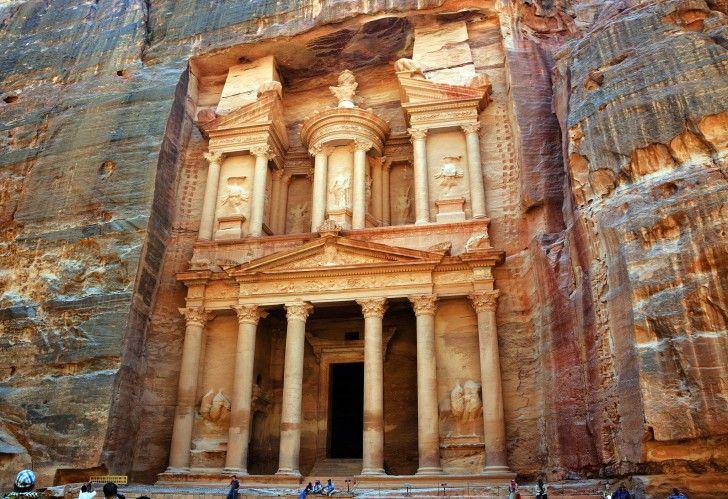 Petra en Jordanie  Créée dans l'Antiquité vers la fin du 7ème siècle av. J.C, les façades gigantesques sont directement taillées dans la roche dans un ensemble monumental et unique. Tombée dans l'oubli à l'époque moderne, elle a été redécouverte en 1812 par l'explorateur suisse Jean Louis Burckhardt et est inscrite sur la liste du patrimoine mondial de l'Unesco.