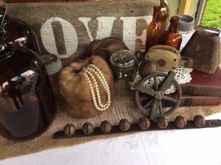 Cruche a sirop d'érable vieilles poulies en bois en fer bouteilles ,vieux pots massons  Vieille cloche love sur planche ,vieux livres,fourrures,perles Location vintage?oui je le veux  Http://www.facebook.com/Mariage.vintage.shabbychic
