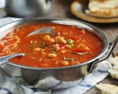 Soupe marocaine aux pois chiches : http://www.fourchette-et-bikini.fr/recettes/recettes-minceur/soupe-marocaine-aux-pois-chiches.html