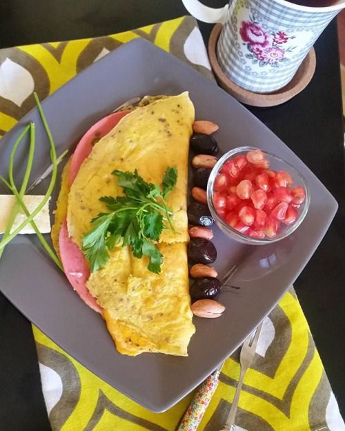Günaydın arkadaşlar 16.2.2017 Bu sabah iki yumurtalı omlet yapıp arasına bir adet hindi salam koydum..yanında zeytin peynir ve yerfıstığı yedim..ekstradan bir minik kase de narım vardı..meyve olarak en sevdiklerimdendir ayrıca antioksidan etkisi vardır.. #kahvaltikeyfi #benimkahvaltim #mybreakfast #breakfasttime #frühstück #breakfastlover #sabahkahvaltim #ketobreakfast #lowcarbbreakfast #ketogeniclife #zerocarb #sagliklibeslenme #diyetkardesligi #ketogenicdiet #paleolifestyle #cleaneats…